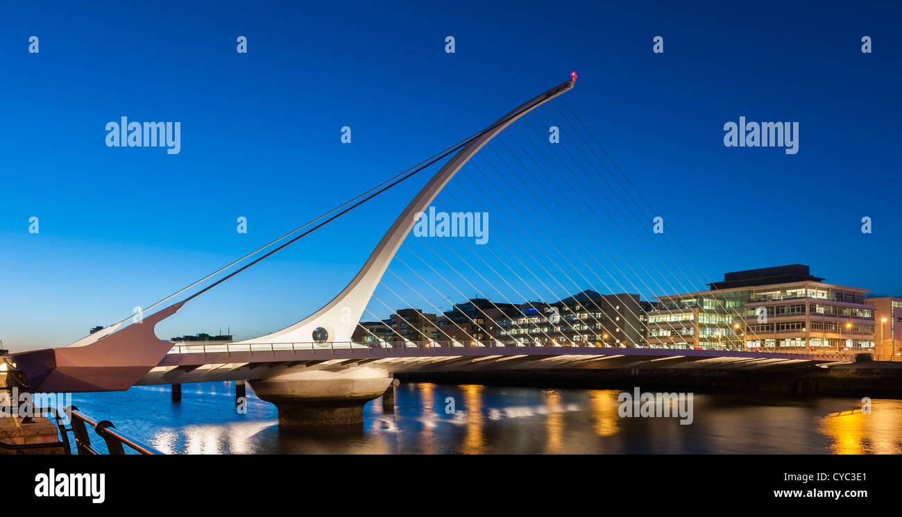 Dublin - Le Samuel Beckett Bridge sur la rivière Liffey, Dublin la nuit Photo Stock