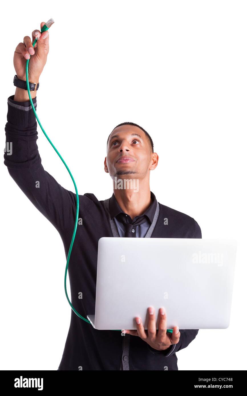 Young african american informaticien plugin un câble ethernet, isolé sur fond blanc Banque D'Images