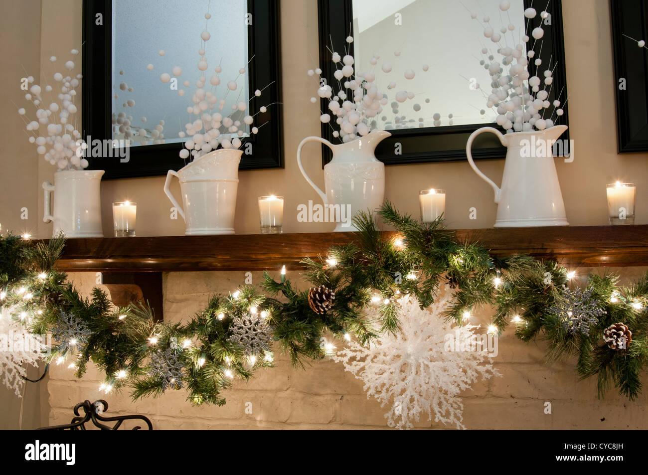 Decoration De Noel Accueil Autour D Un Manteau De Cheminee Photo Stock Alamy