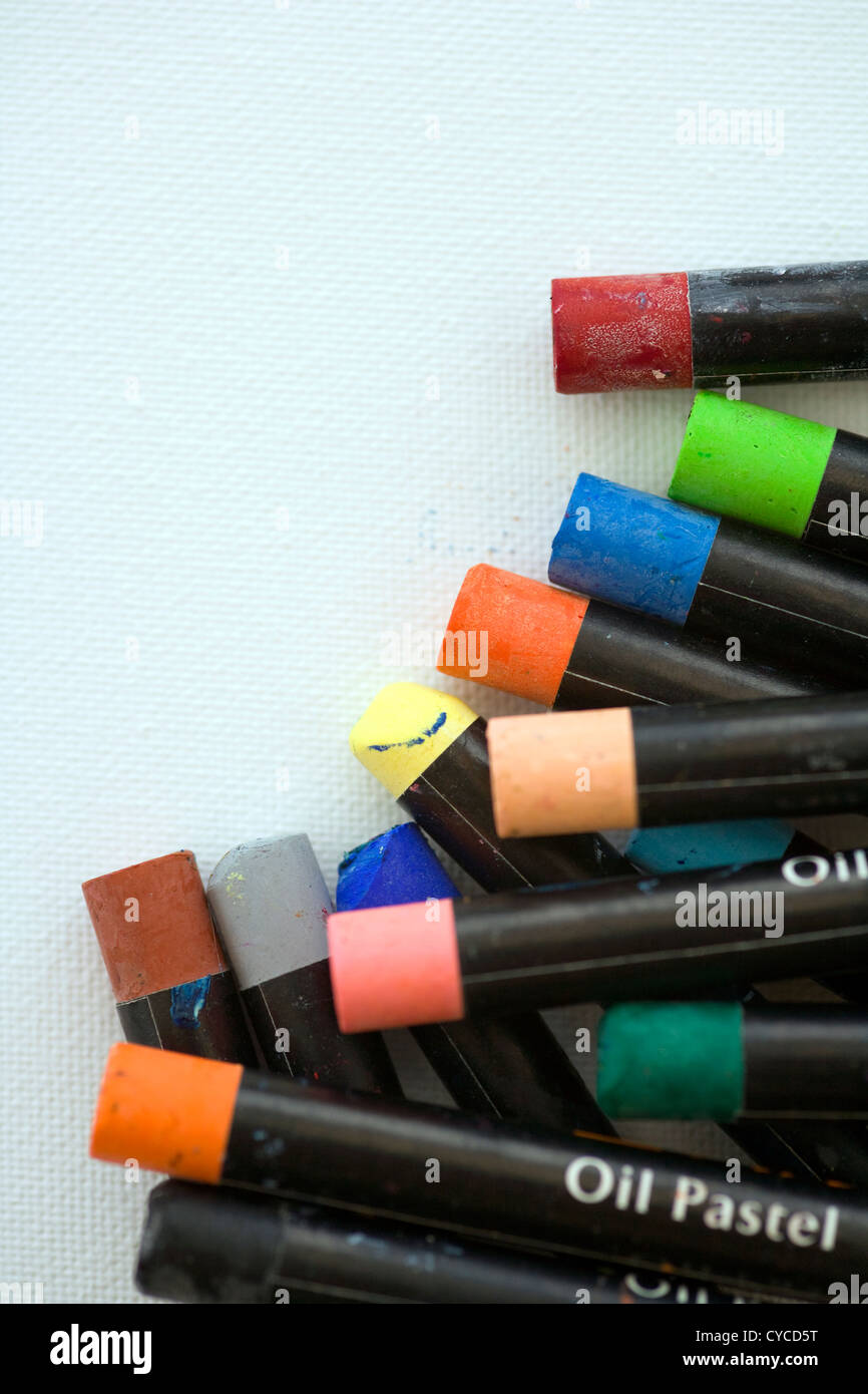 Artistes pastels à l'huile sur un fond blanc texturé toile with copy space Banque D'Images