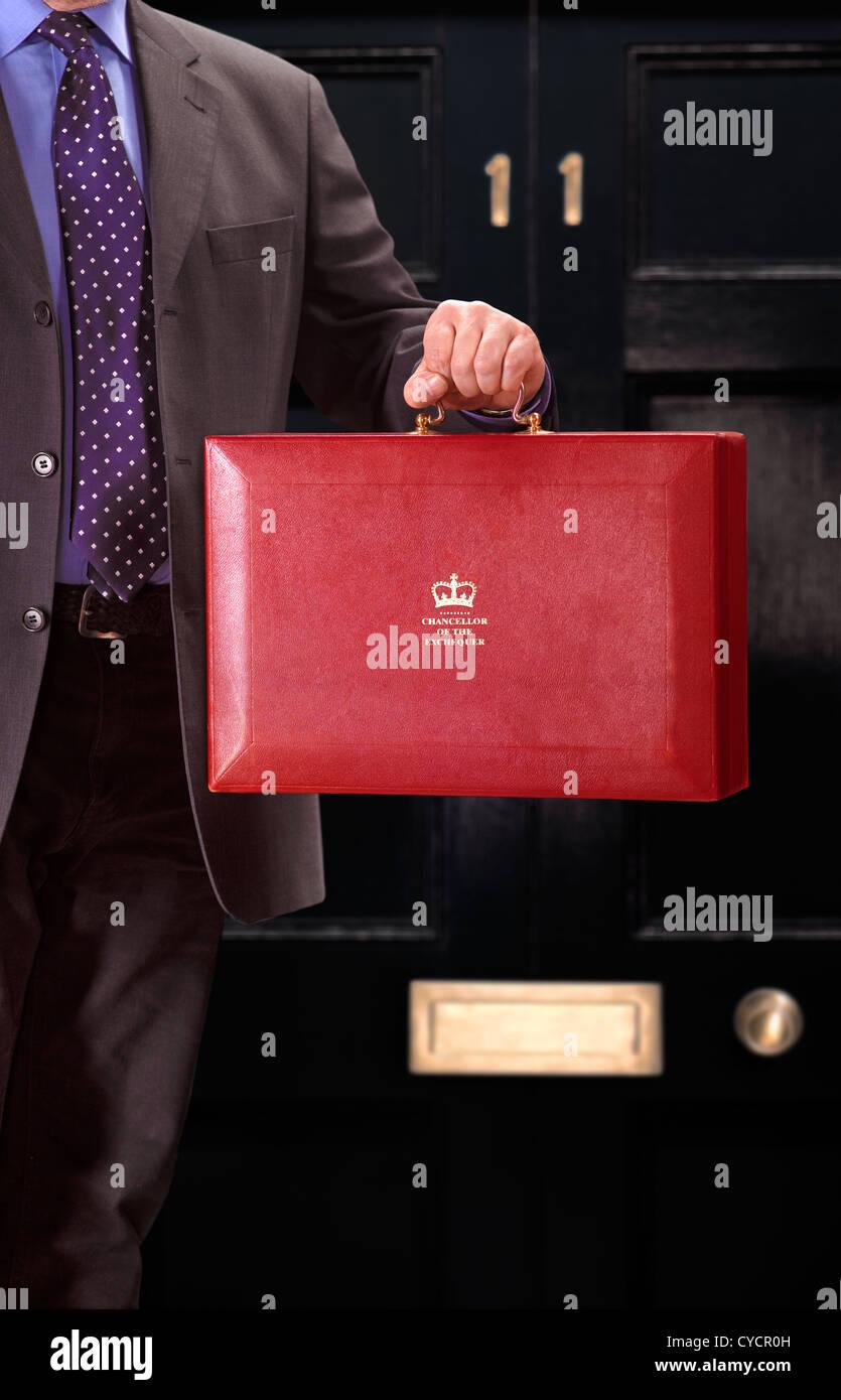 Le Chancelier de l'Échiquier en tenant le fameux Fort rouge/budget boîte contenant son discours sur Photo Stock