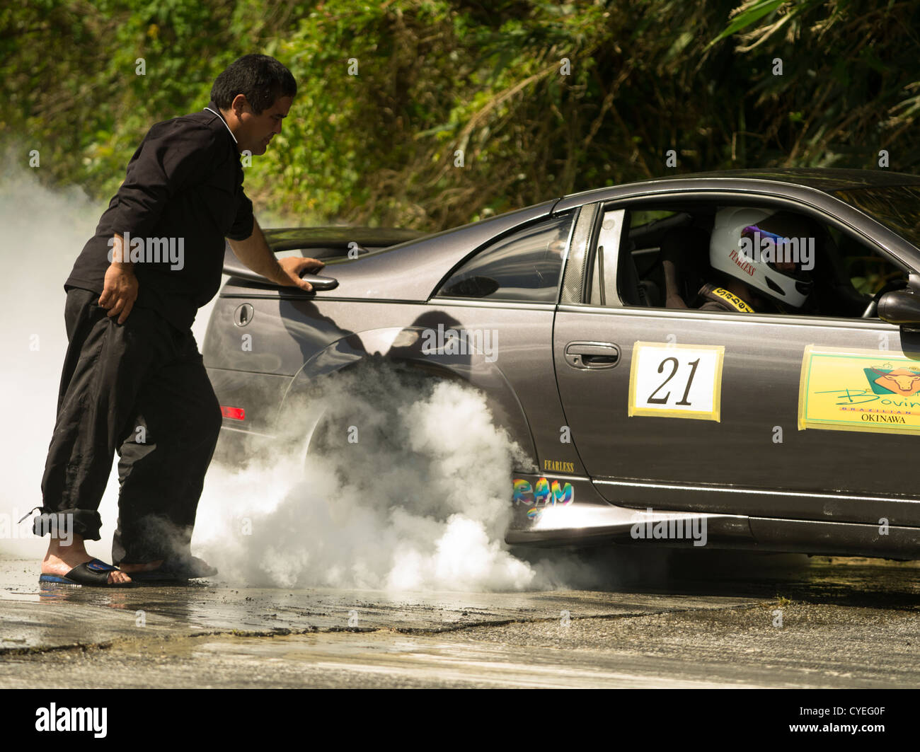 Faites glisser Okinawan Racers effectuer un burnout pour chauffer les pneus avant la course Photo Stock