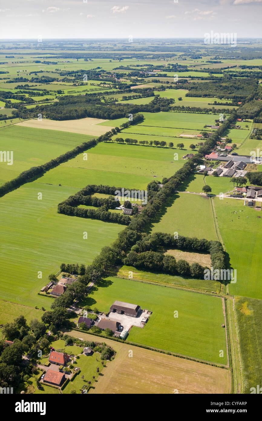 Les Pays-Bas, près de Steenwijk, de fermes et de terres agricoles. Vue aérienne. Photo Stock