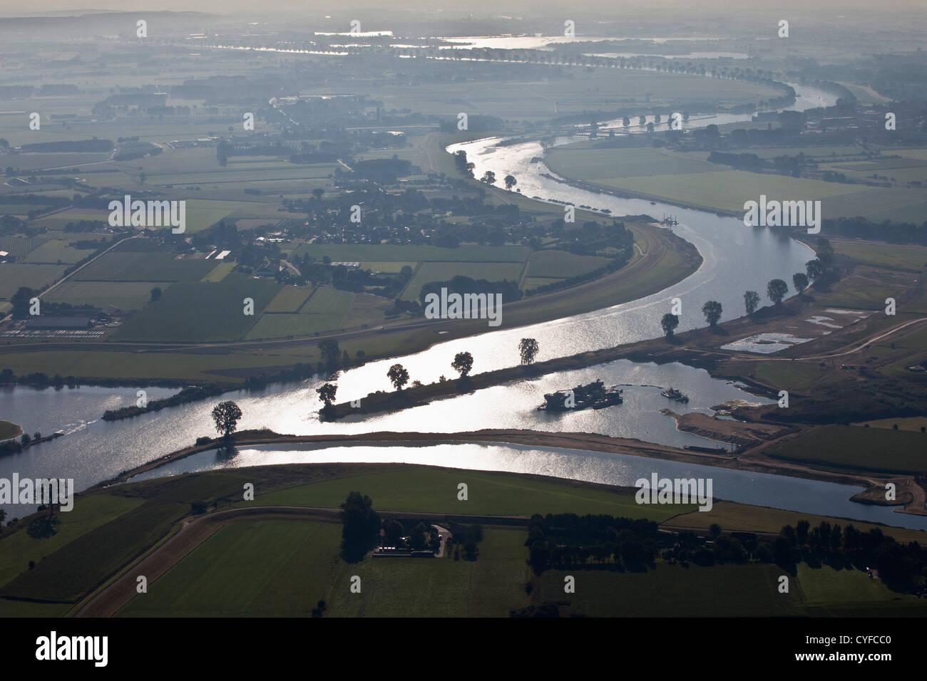 Les Pays-Bas, Cuyk, Meuse ou de la Meuse. Le lever du soleil. Vue aérienne. Photo Stock