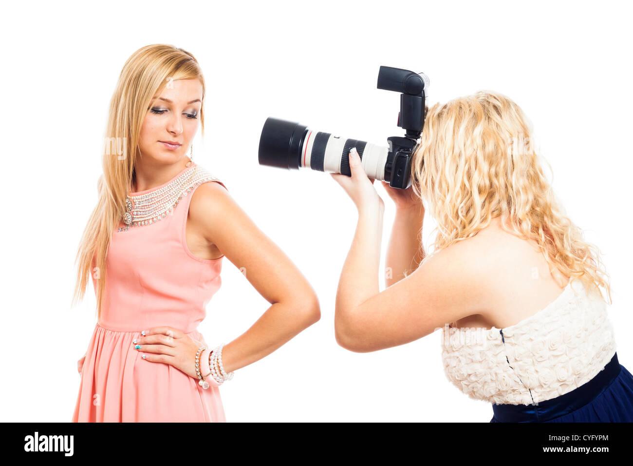 Mode femme photographe travaillant avec modèle, isolé sur fond blanc. Photo Stock