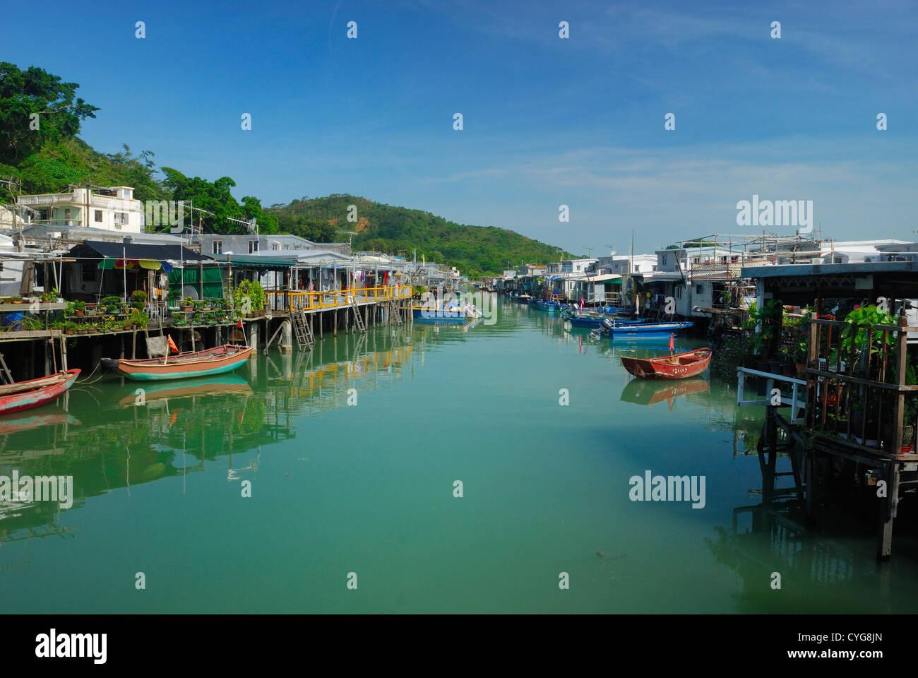 Maisons apaisa la rive de ligne Tai O village de pêcheurs sur l'île de Lantau à Hong Kong en Photo Stock