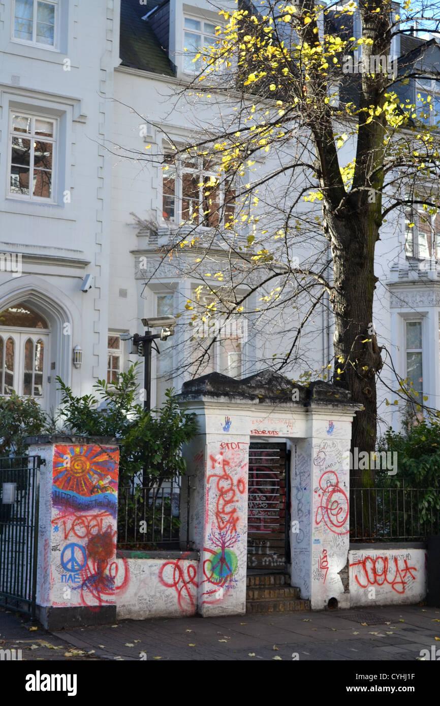 Messages sur le mur à l'extérieur les studios Abbey Road, Londres. Rendu célèbre par l'album Abbey Road des Beatles. Banque D'Images