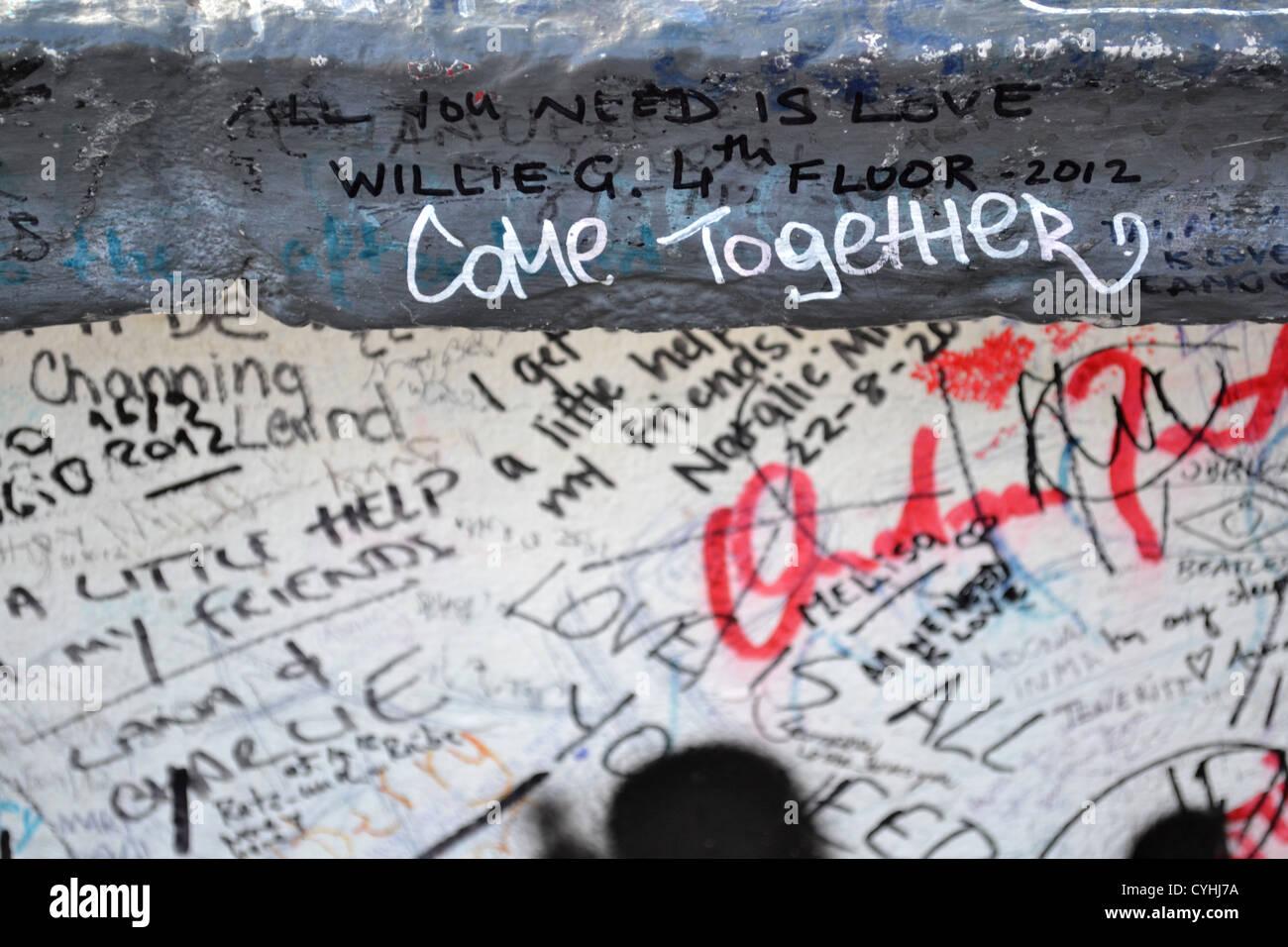 'Ensemble'. Messages sur le mur à l'extérieur les studios Abbey Road, Londres. Rendu célèbre par l'album Abbey Road des Beatles. Banque D'Images