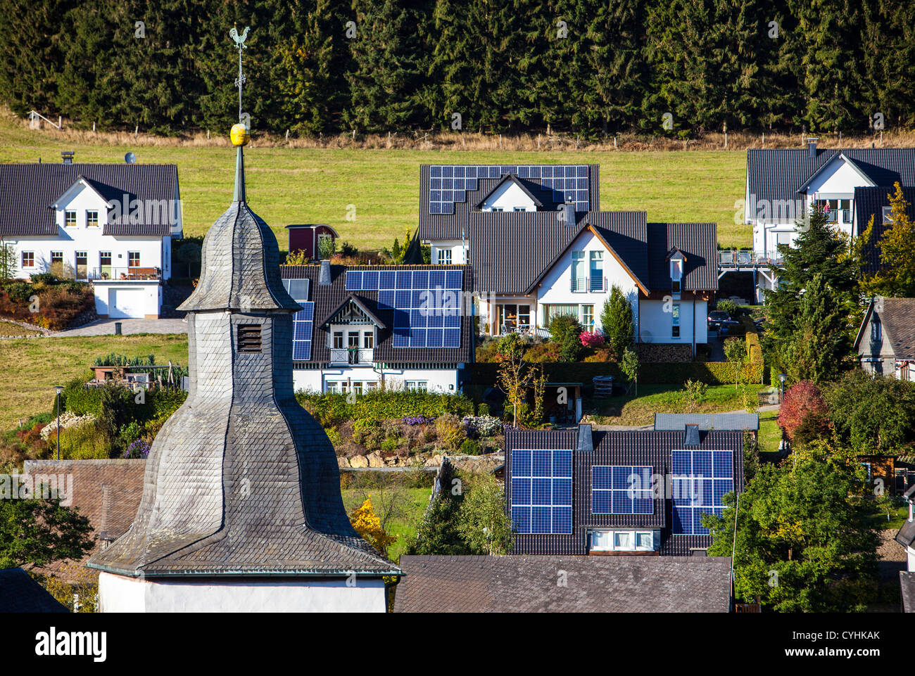 Des panneaux solaires sur un toit de maisons privées. L'énergie thermique solaire. Photo Stock