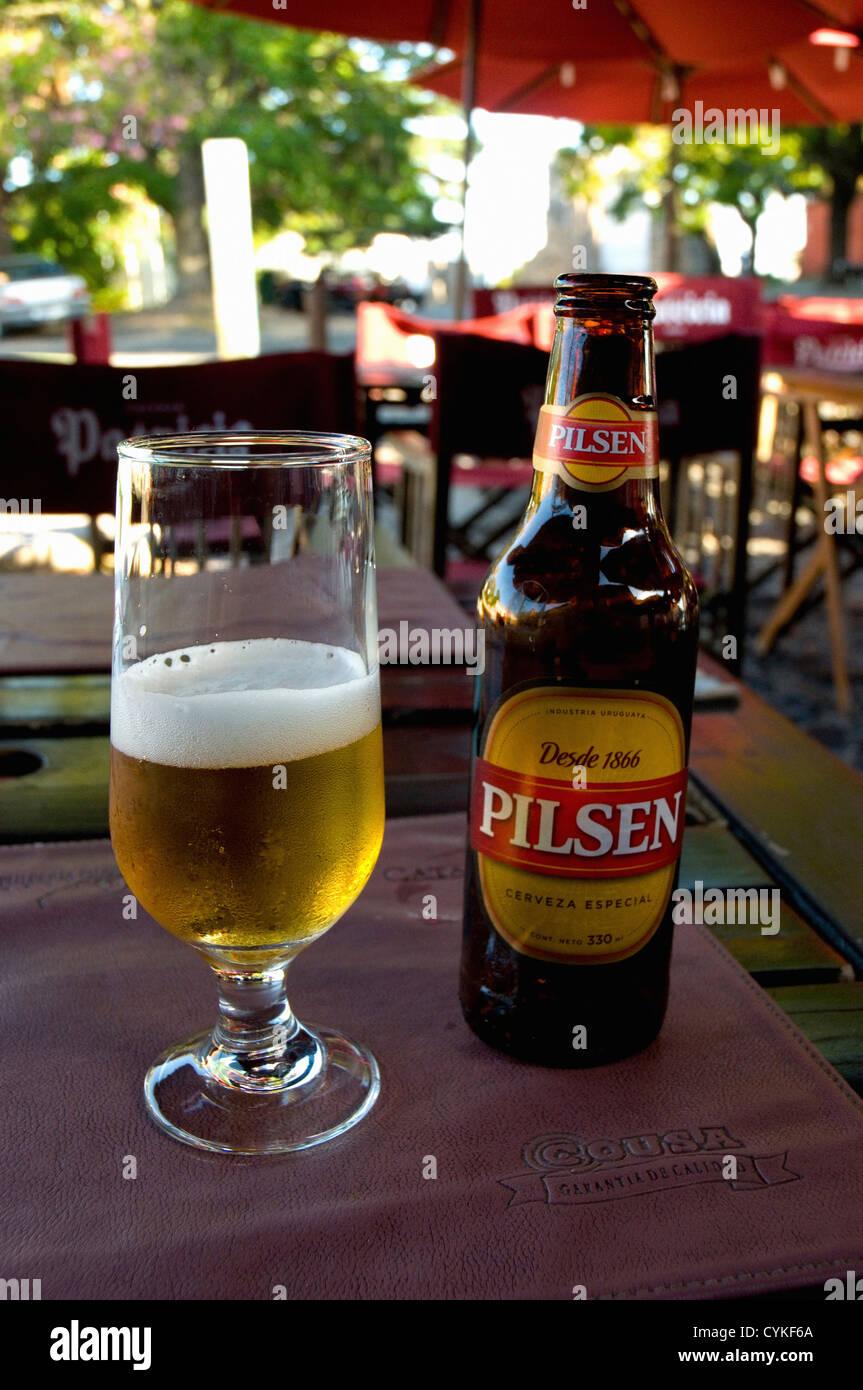 L'Uruguay. Colonia del Sacramento. Barrio Historico. Bière à la terrasse d'un café. Photo Stock