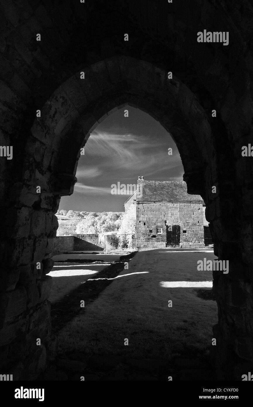 L'image monochrome infrarouge de Croxden Abbaye cistercienne ruines, près de l'usage éditorial Photo Stock