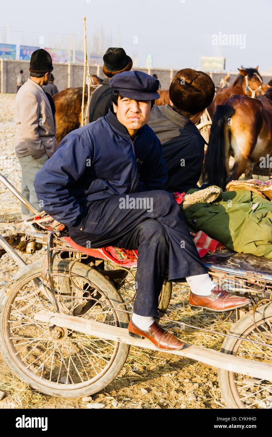 Portrait de l'homme au mal le bazar de Kashgar marché de bétail, Xinjiang, Chine Photo Stock