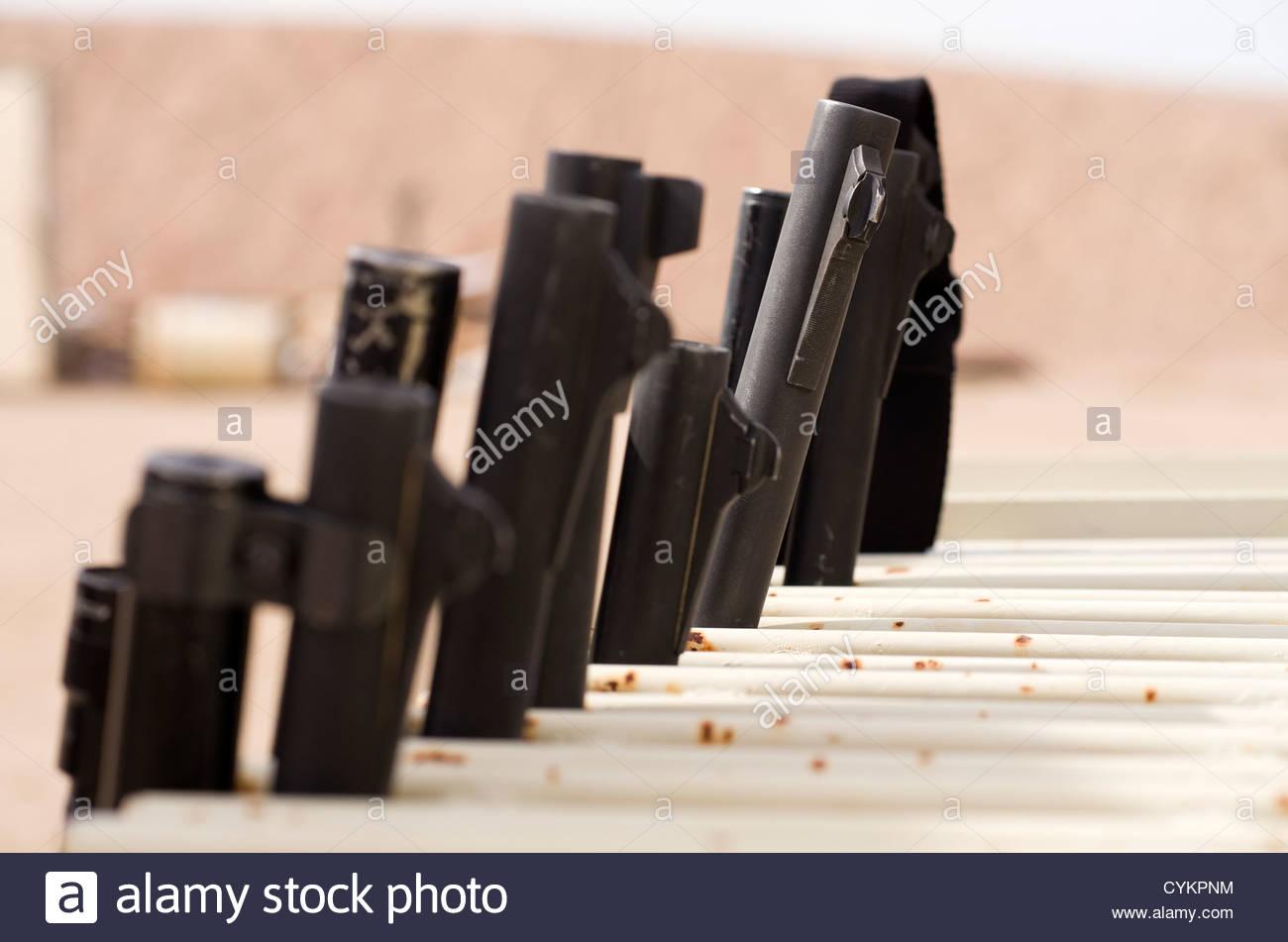 Fusil de muselières alignés dans un rack d'armes à feu à une piscine plage de prise de surprise, Photo Stock