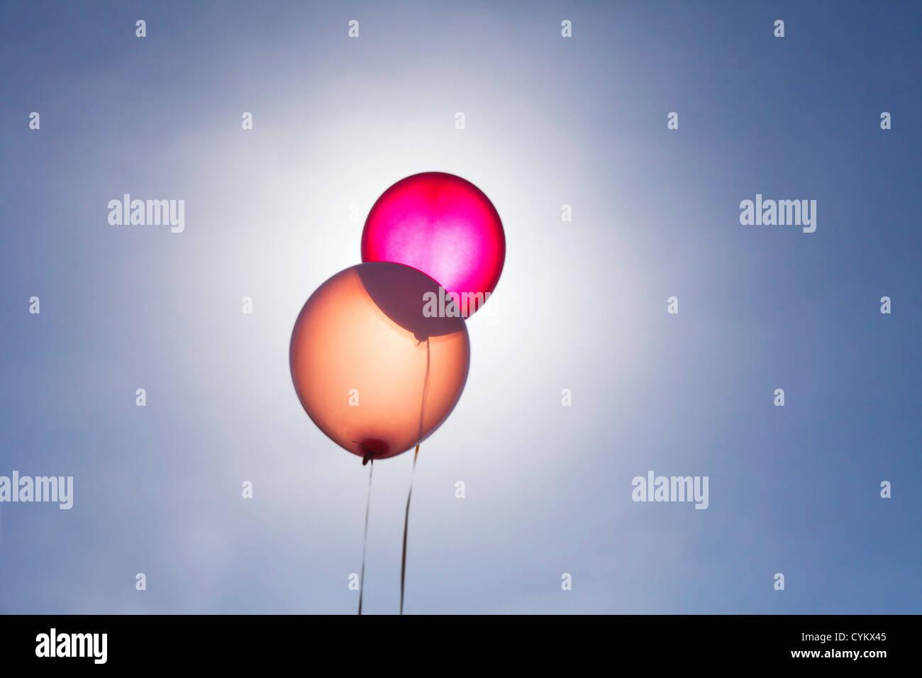 Ballons translucides sur fond de ciel bleu Photo Stock