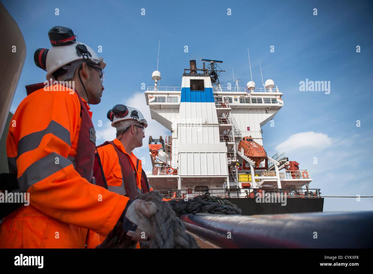 Travailleurs sur corde de traction remorqueurs Photo Stock