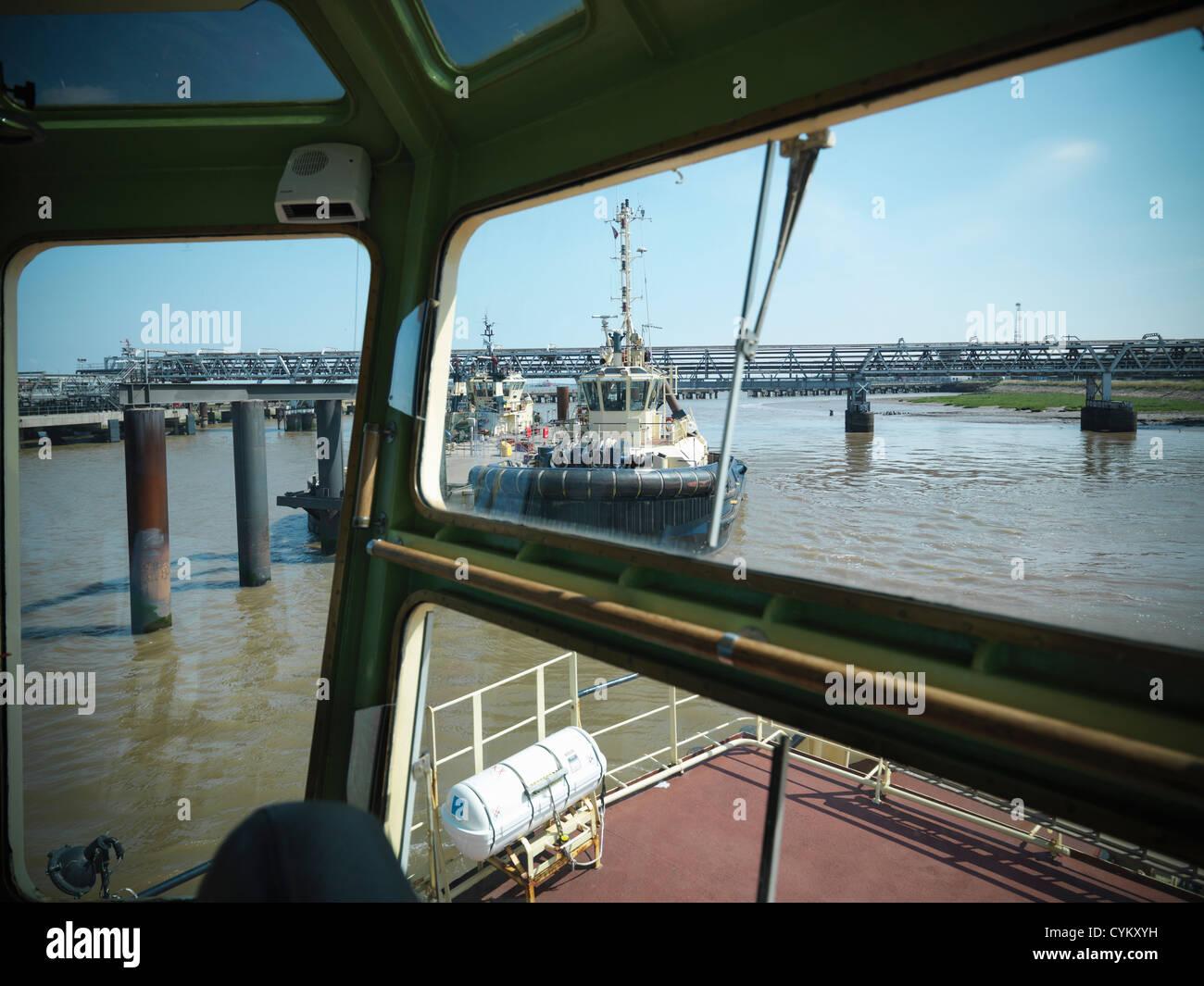 Les remorqueurs in urban harbor Photo Stock