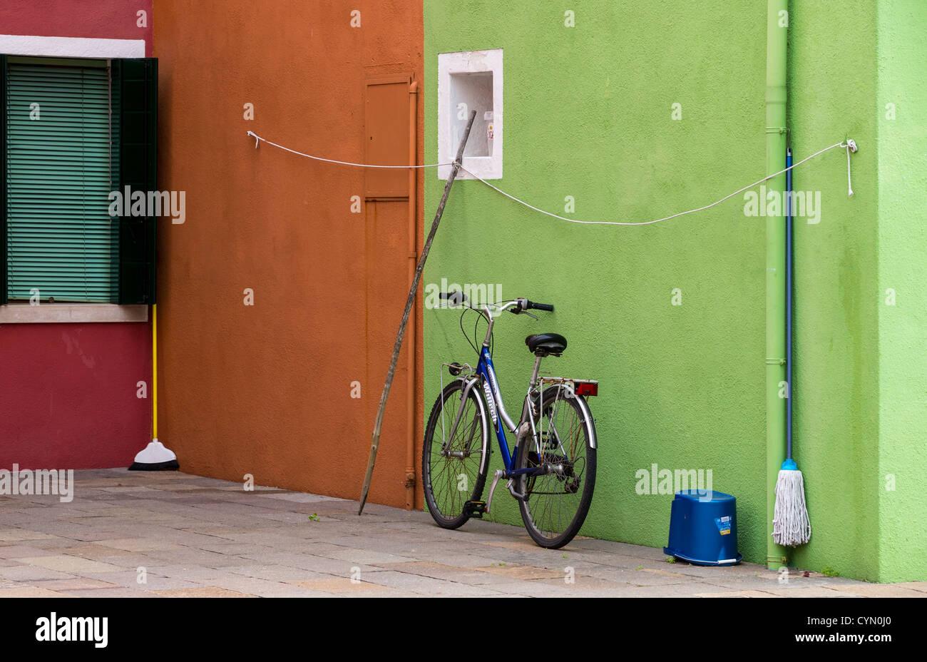 Un contraste de couleurs typiques de Venise, Burano, avec un vélo et ...