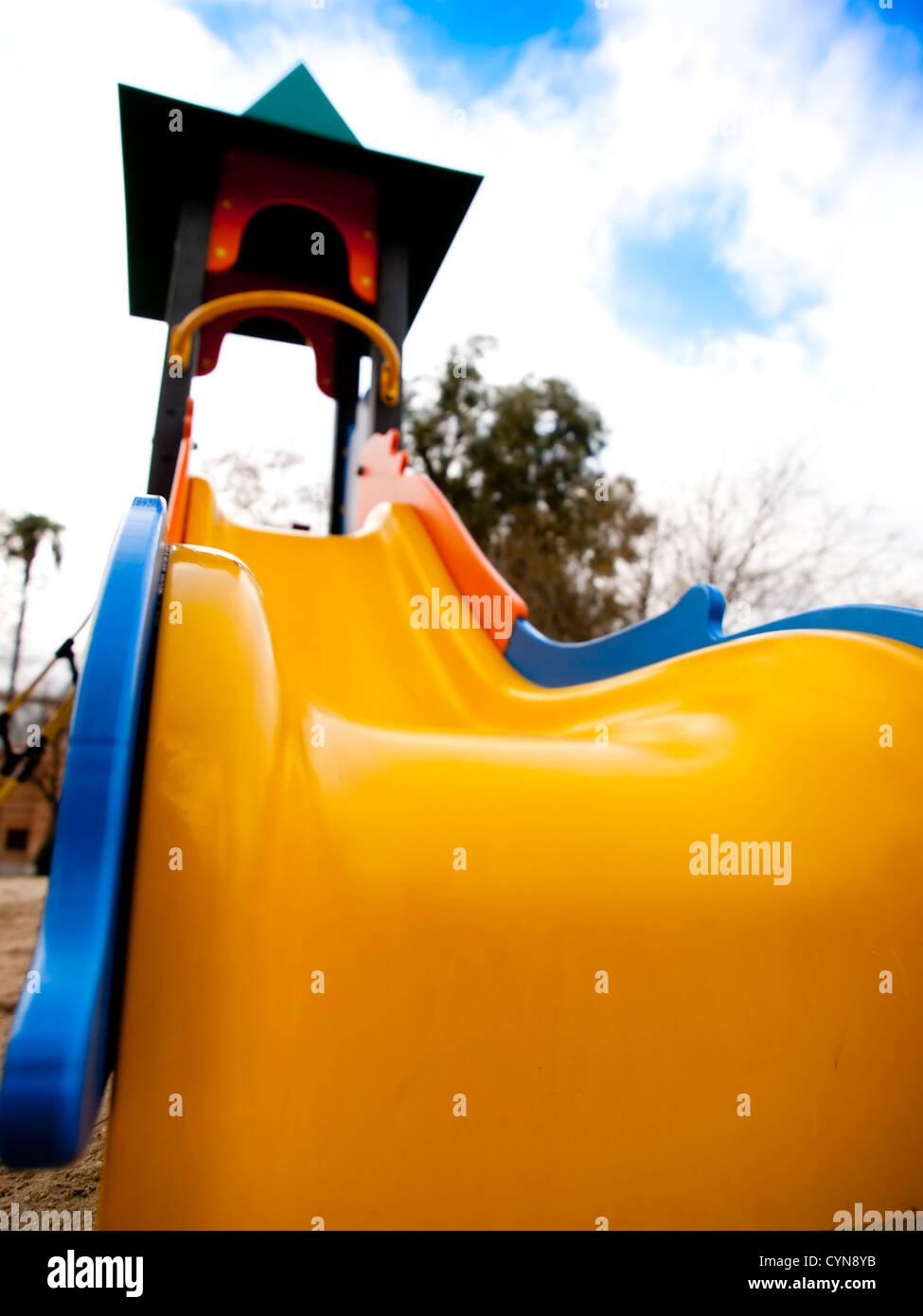 Une diapositive dans un parc sans personnes Photo Stock