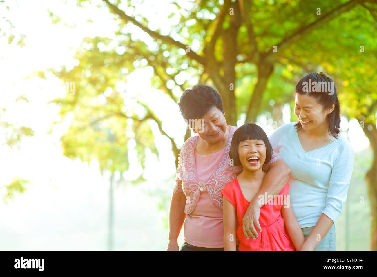 Grand-mère, mère et moi au parc de plein air Photo Stock