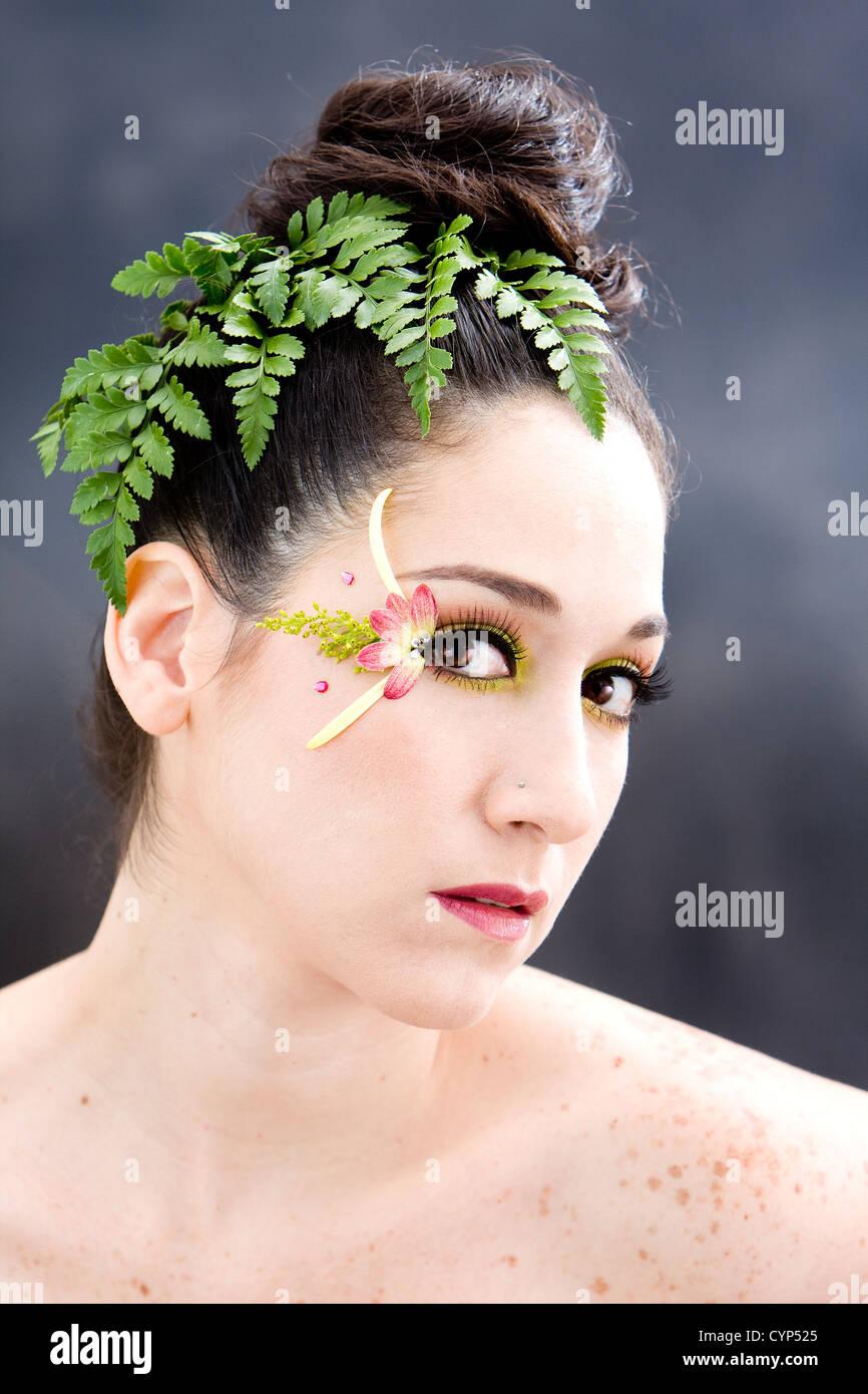 Belle Brune Visage Avec Des Yeux Jaune Vert Rose Pétale De Fleur