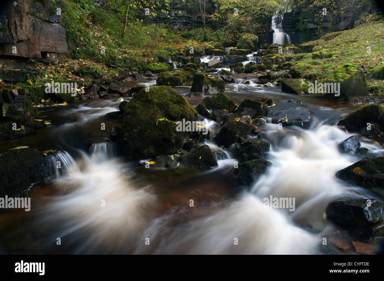 Cascades le long de la maison Scarr B6270 dans Swaledale entre Thwaite et Muker. Banque D'Images