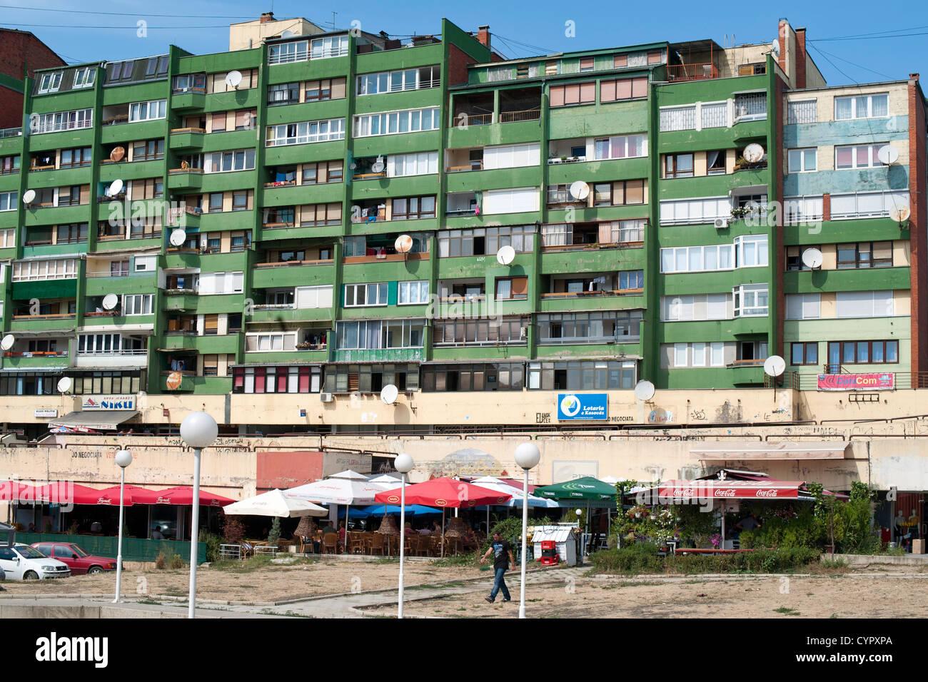 Les immeubles à appartements à Pristina, la capitale de la République du Kosovo. Photo Stock