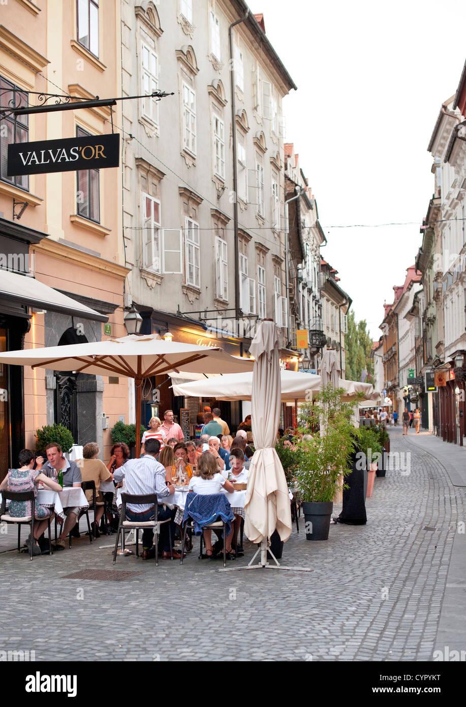 Terrasses de cafés dans la vieille ville de Ljubljana, la capitale de la Slovénie. Banque D'Images