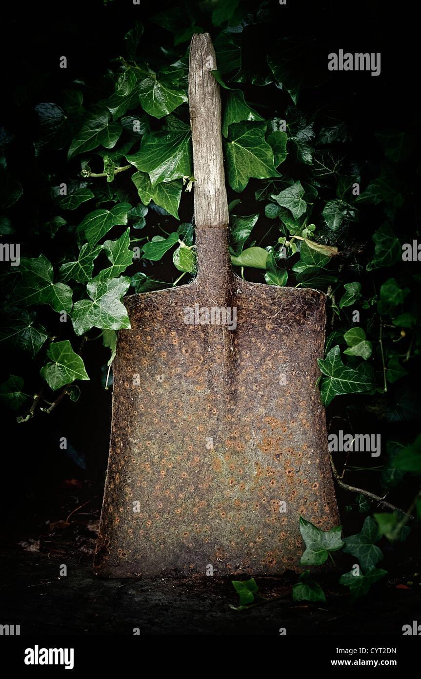 Vieille pelle dans un jardin anglais Photo Stock
