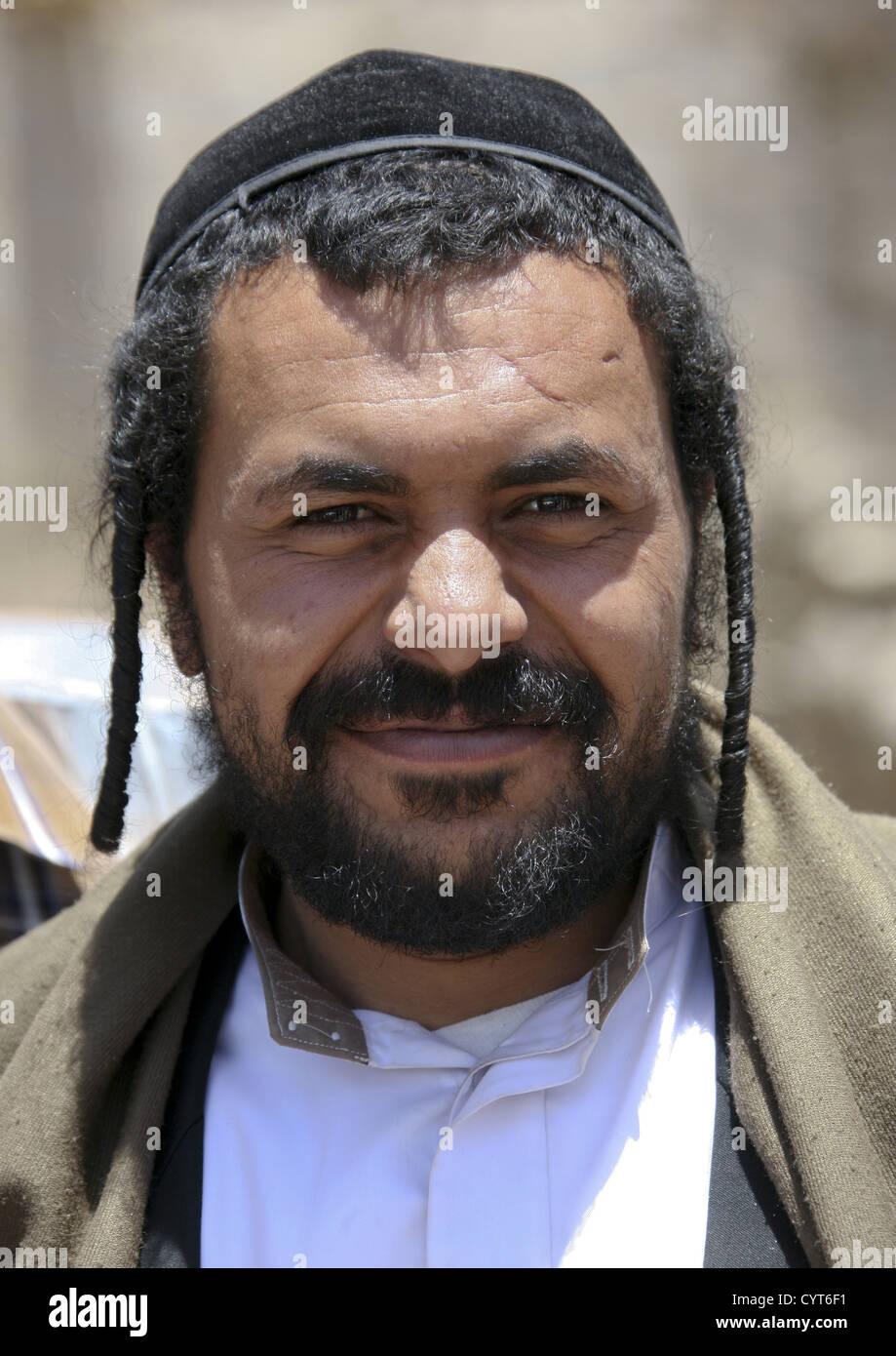 L\u0027homme juif traditionnel avec des tresses, souriant à la caméra, Amran,  Yémen