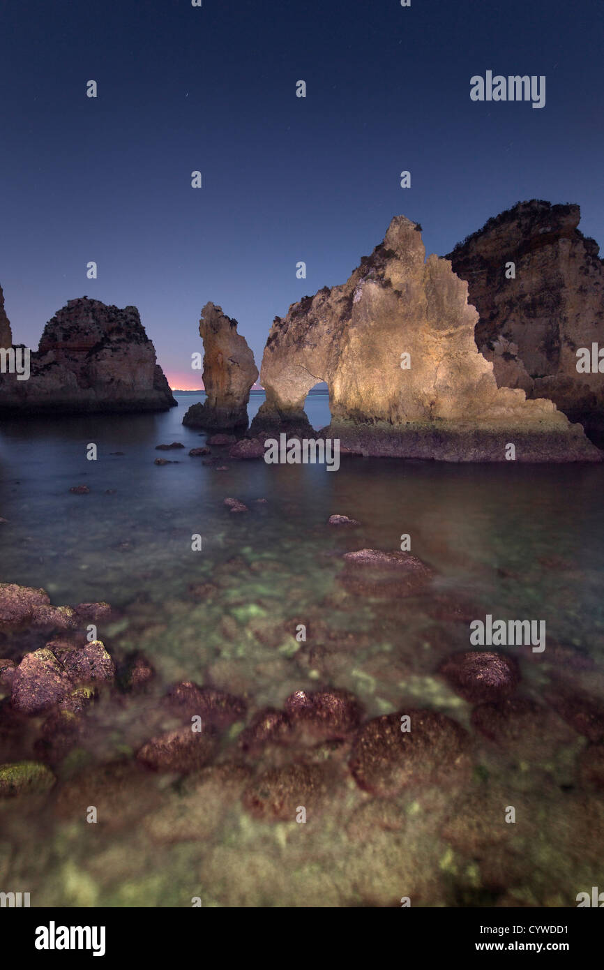 Ponta da Piedade piles et arches de mer capturés au crépuscule, le Portugal. Photo Stock