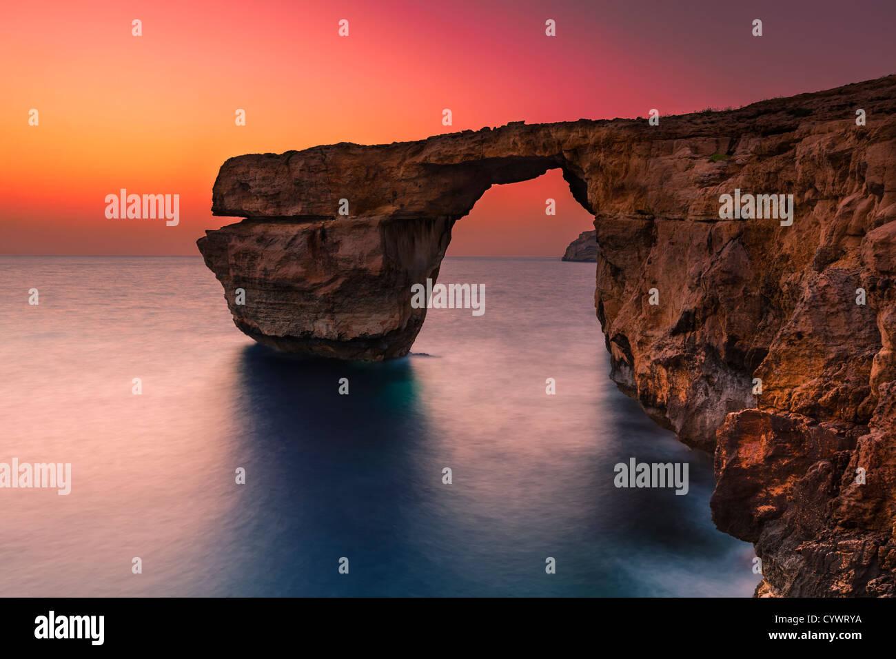 La fenêtre d'Azur, sur la côte de l'île maltaise de Gozo Photo Stock