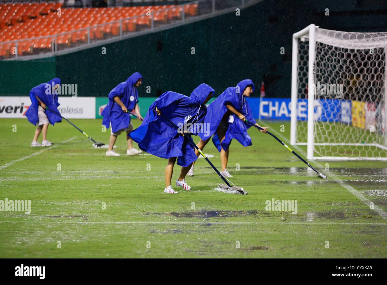 L'eau efface Groundskeepers hors du terrain après une forte tempête a causé un retard de pluie d'un match entre DC United MLS / Houston. Banque D'Images