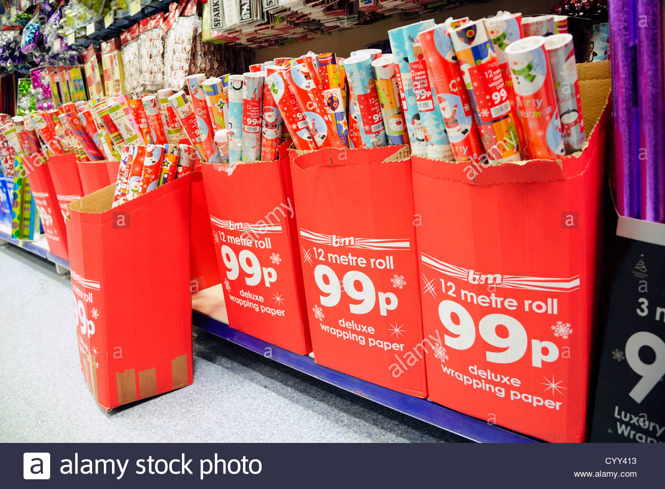 Papier d'emballage de Noël pour la vente dans un B&M store, Hereford, Royaume-Uni. Photo Stock