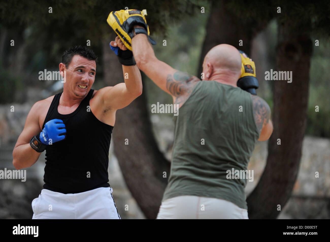 Deux hommes pratiquer les arts martiaux dans un parc Photo Stock