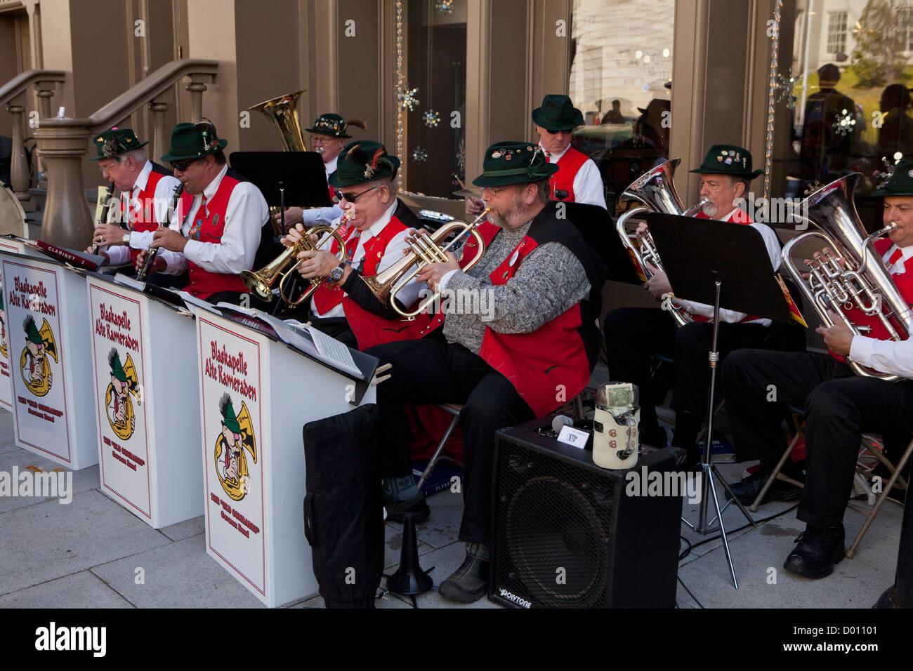 La musique traditionnelle allemande groupe jouant à l'extérieur Photo Stock
