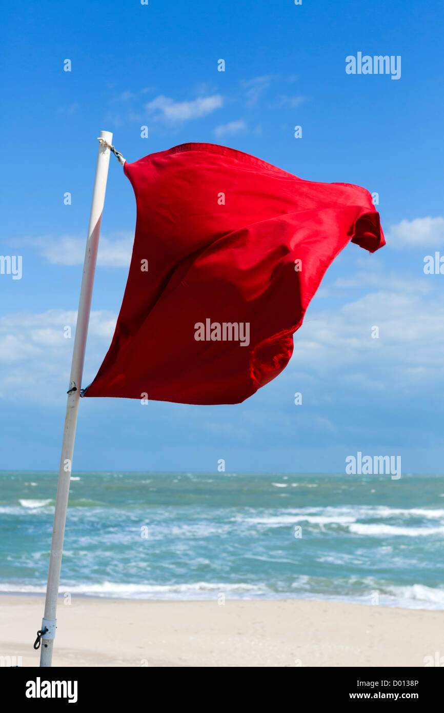 Un drapeau rouge avertissement contre la natation, Fort Pierce Inlet State Park, St Lucie County, Treasure Coast, Photo Stock