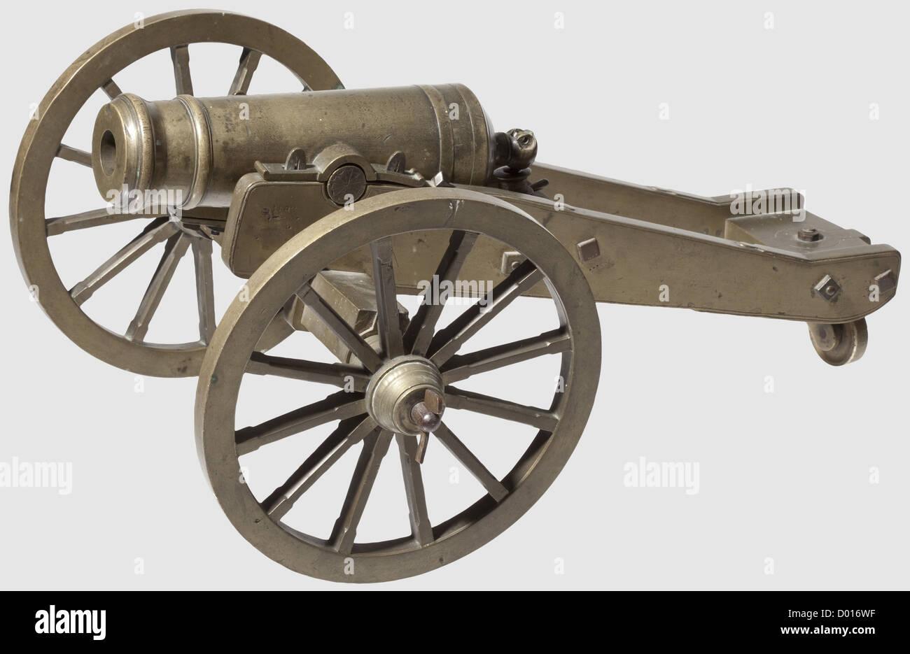 Un modèle de canon de terrain, style vers 1800. Corps en laiton robuste segmenté par des gaines, avec alésage lisse de calibre 25 mm avec tourillons sur les côtés, trou de contact supérieur et museau de canon. Roues et tablier en laiton moulé avec essieu de roue en fonte. Il manque une goupille fendue de roue et quatre goupilles fendues de tourillon. Longueur du canon 27 cm,longueur totale 53 cm,historique,historique,19e siècle,canon,canons,artillerie,arme à feu,arme,armes à feu,armes,armes,armes,armes,arme,bras,dispositif de combat,militaire,militaro,objet,objets,alambics,coupure,coupures,cu,droits additionnels-Clearences-non disponible Banque D'Images
