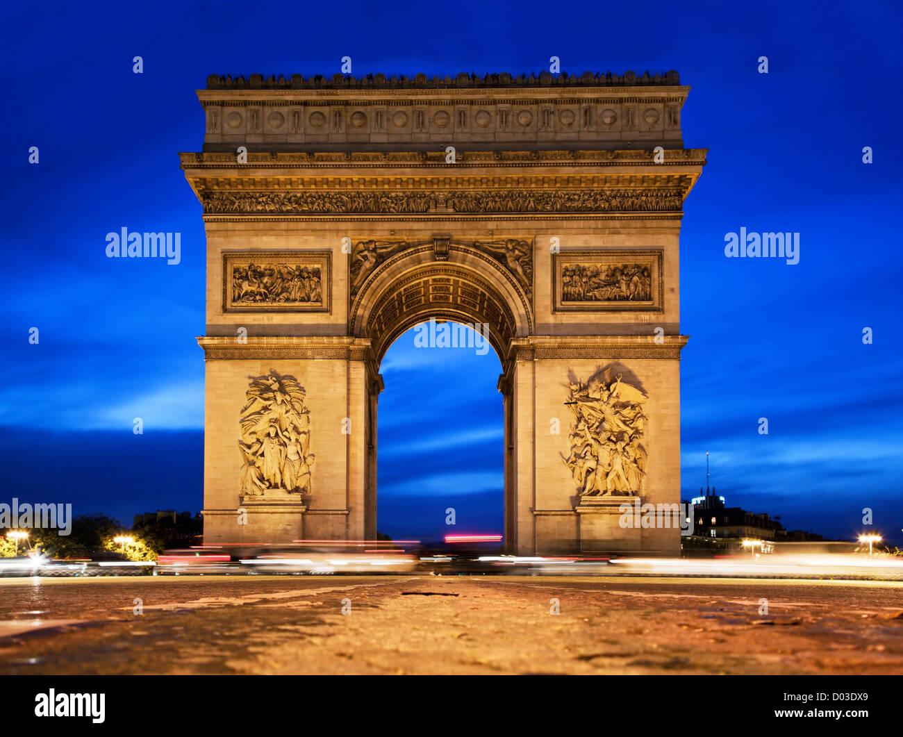 Arc de Triomphe, Paris, France la nuit. Vue de l'Avenue des Champs-Elysées Photo Stock