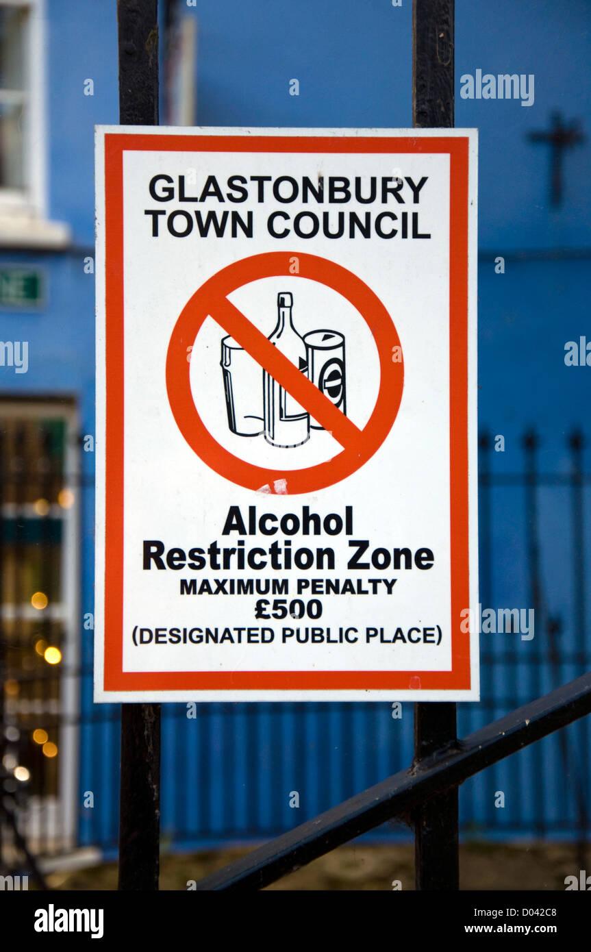Zone de restriction d'alcool inscription espace place publique dans la ville de Glastonbury churchyard Photo Stock