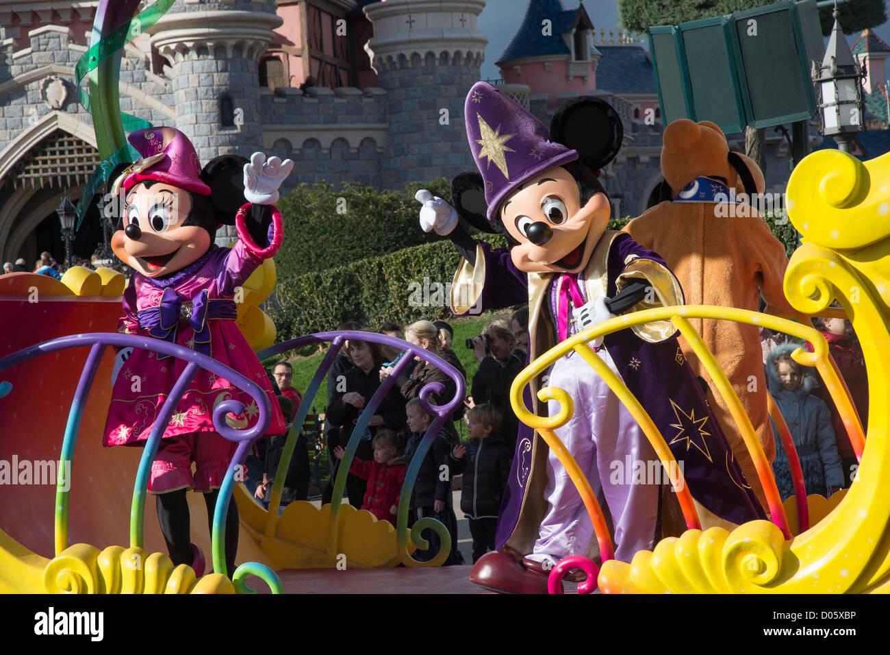Parade Disneyland avec Mickey et Minnie Mouse sur un flotteur, Disneyland Paris (Euro Disney) Photo Stock