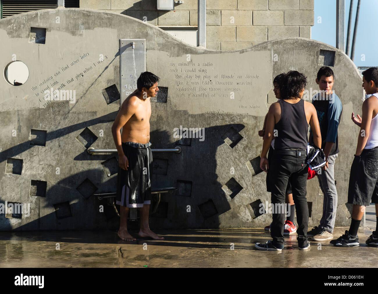 Venice Beach, Californie, la station balnéaire - jeunes lors d'une douche/tap. Photo Stock