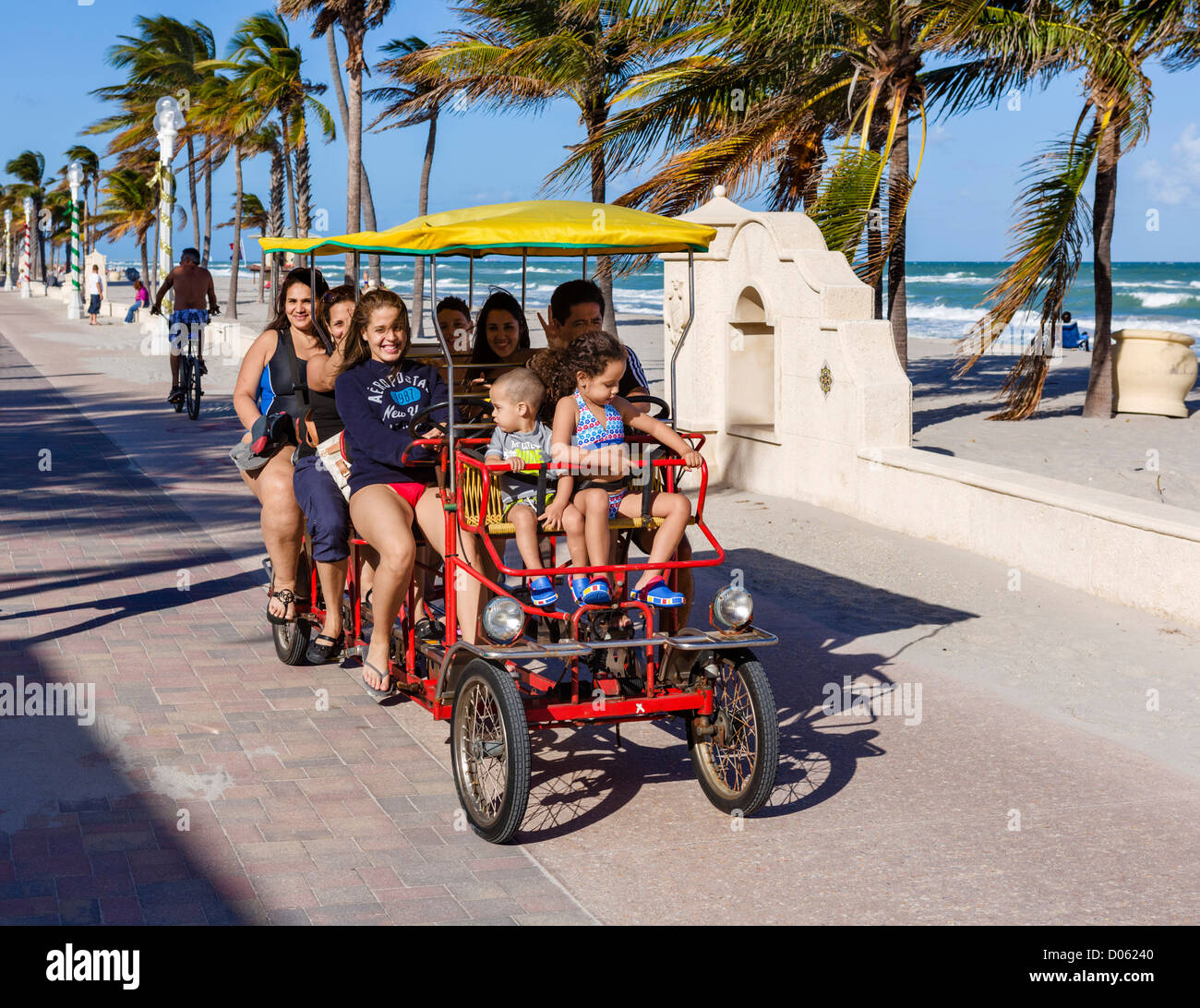 Les touristes en quadricycle sur le Broadwalk à Hollywood, près de Fort Lauderdale, comté de Broward, Photo Stock