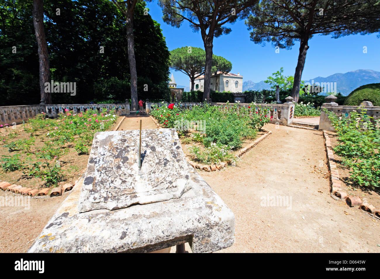 Vue rapprochée d'un cadran solaire dans un jardin, la Villa Cimbrone, Ravello, Campanie, Italie Banque D'Images