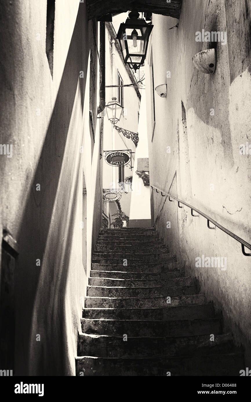 Ombre et lumière dans l'Escalier d'une ruelle, Côte Amalfitaine, Campanie, Italie Photo Stock