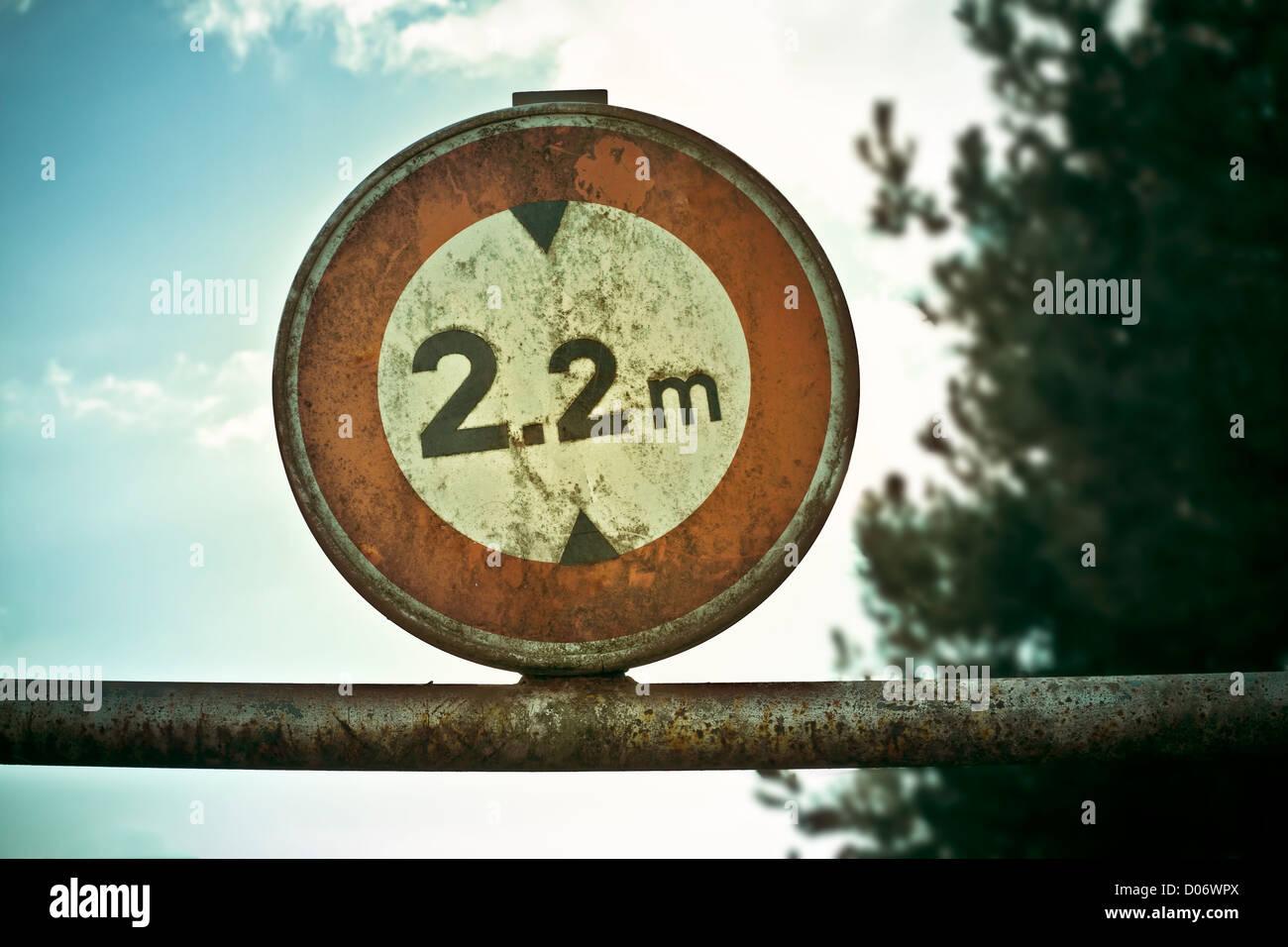 Signe de la limitation de hauteur sur poteau de métal. Photo Stock