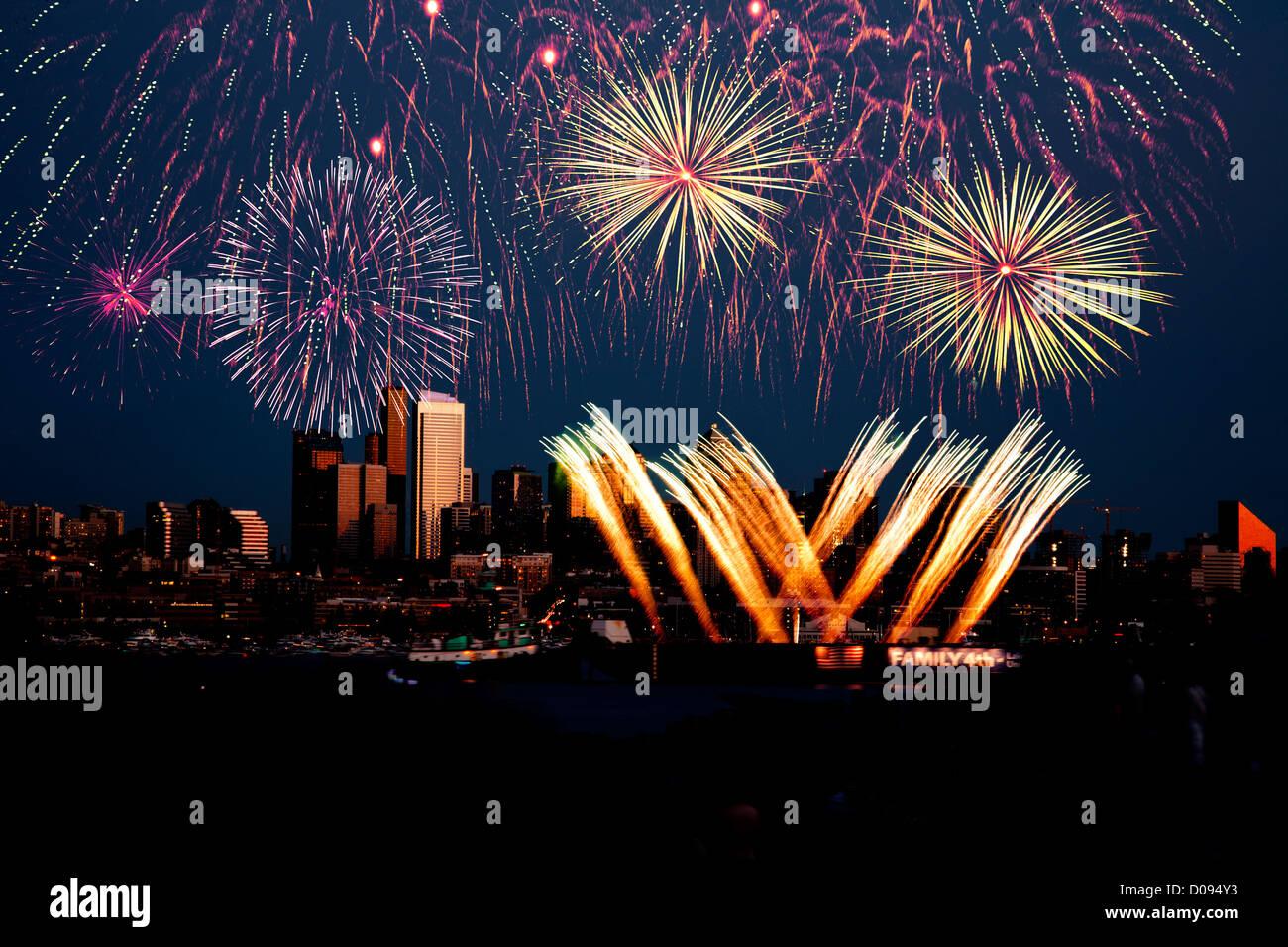 WA06702-00...WASHINGTON - Quatrième de juillet d'artifice sur Lake Union à Seattle. Banque D'Images