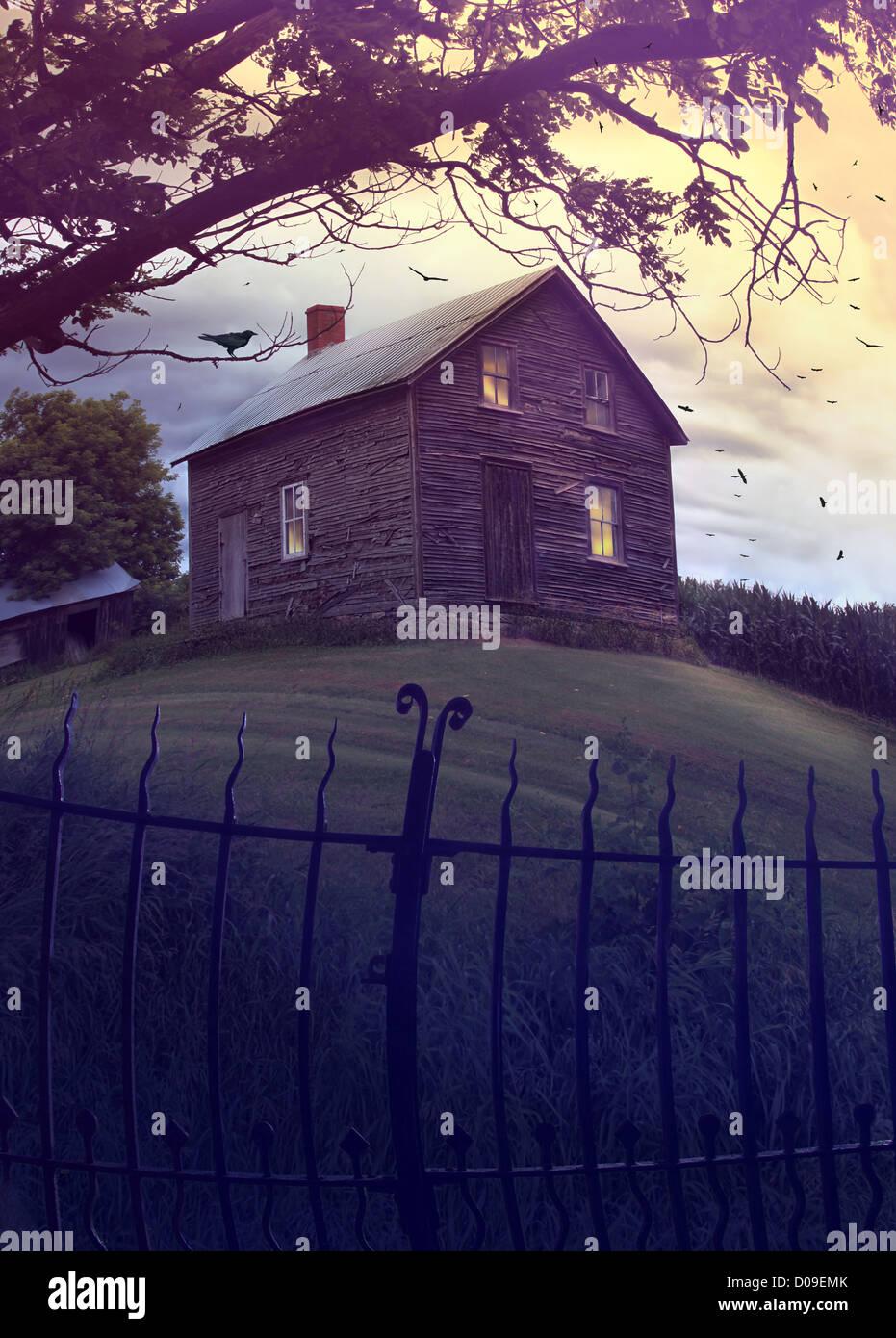Maison hantée abandonnée sur une colline Photo Stock