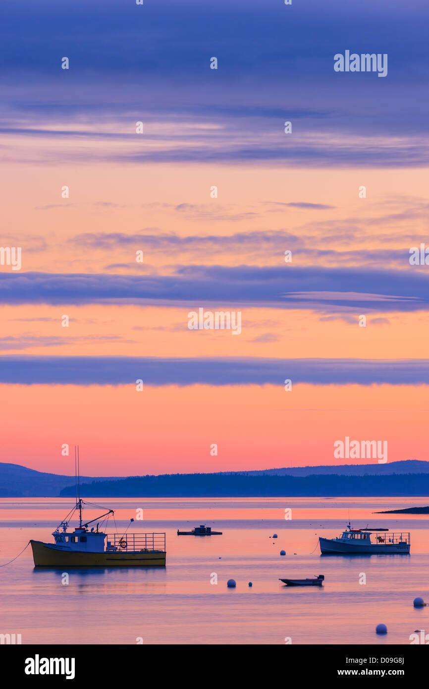 Le lever du soleil dans les eaux silencieuses à Bar Harbor, l'Acadie N.P, dans le Maine. Photo Stock