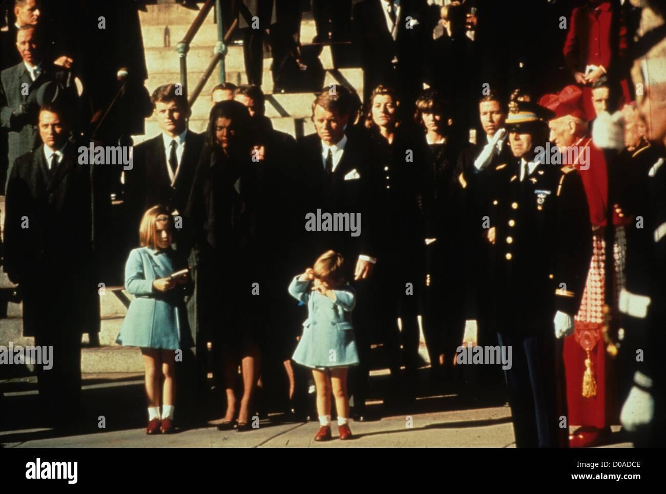 JOHN KENNEDY JR avec mère Jackie Kennedy et sœur Caroline Kennedy à John F. Kennedy funérailles.r9554.(Image Photo Stock