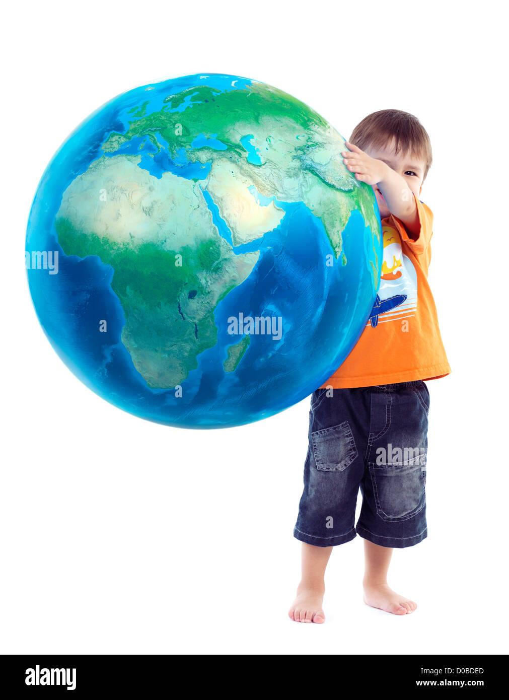 Cute little boy holding globe bleu, planète terre dans ses mains, photo conceptuelle isolé sur fond blanc. Photo Stock